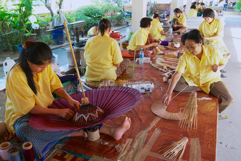 Οι ταϊλανδικές γυναίκες συγκεντρώνουν την παραδοσιακή ομπρέλα μπαμπού στο εργοστάσιο σε Chiang Mai, Ταϊλάνδη στοκ φωτογραφίες με δικαίωμα ελεύθερης χρήσης