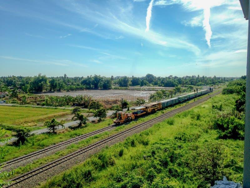 Οι ταϊλανδικές κινητήριες κινήσεις μηχανών diesel στο σιδηρόδρομο και τραβούν τα βαγονέτα τραίνων και επιβατών συντήρησης διαδρομ στοκ φωτογραφία με δικαίωμα ελεύθερης χρήσης