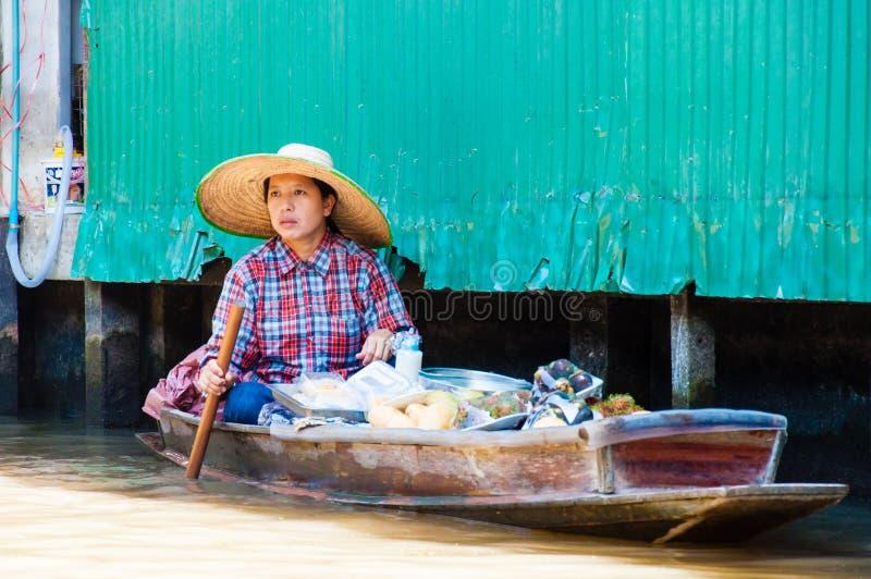 Οι ταϊλανδικοί ντόπιοι πωλούν τα τρόφιμα και τα αναμνηστικά στη διάσημη να επιπλεύσουν Damnoen Saduak αγορά, Ταϊλάνδη στοκ φωτογραφίες με δικαίωμα ελεύθερης χρήσης