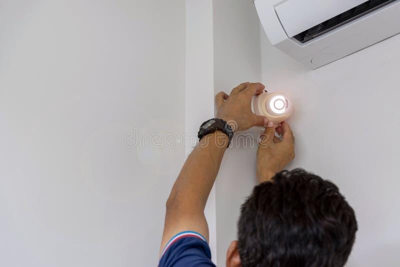 Οι τεχνικοί εγκαθιστούν μια κάμερα CCTV στοκ φωτογραφία