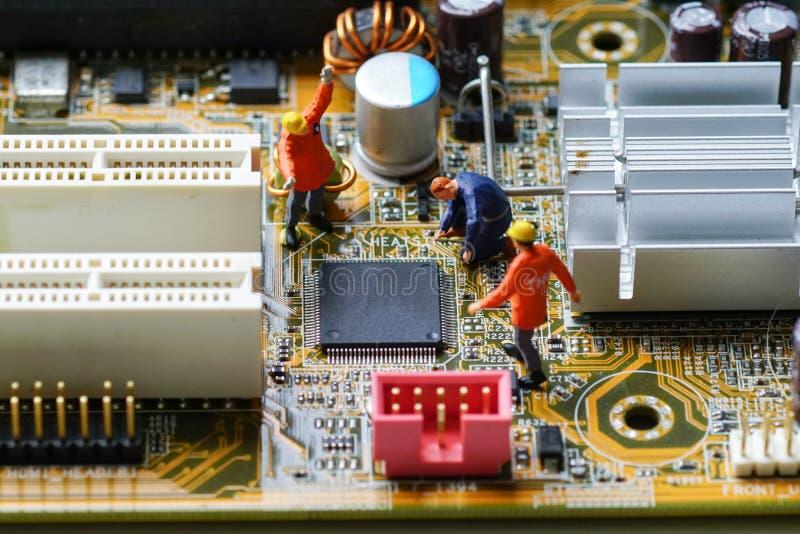 Οι τεχνικοί επισκευάζουν τη μονάδα κεντρικής επεξεργασίας ΚΜΕ στοκ φωτογραφίες