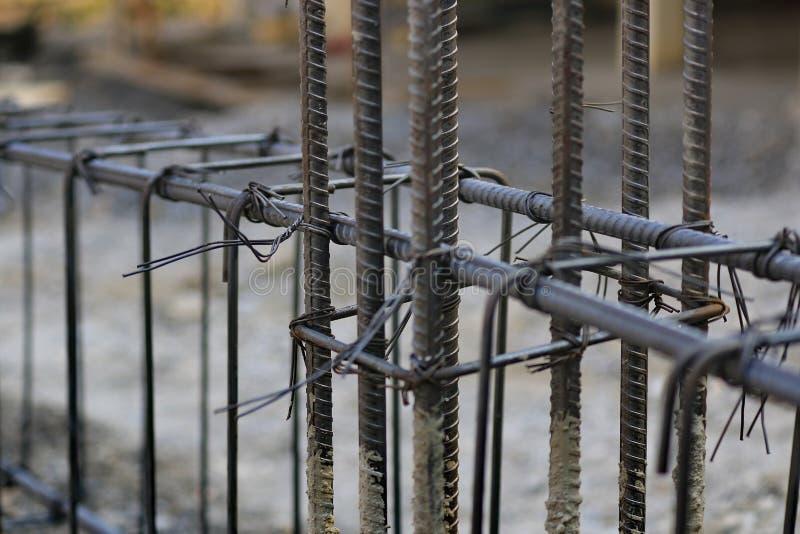 Οι τεχνικοί οικοδόμησης εργάζονται στο χάλυβα, συγκεκριμένες δομές κτηρίου στοκ φωτογραφία με δικαίωμα ελεύθερης χρήσης