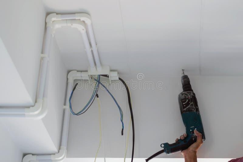 Οι τεχνικοί χρησιμοποιούν τα ηλεκτρικά τρυπάνια στοκ φωτογραφία με δικαίωμα ελεύθερης χρήσης