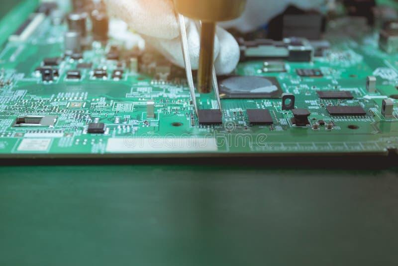 Οι τεχνικοί χρησιμοποιούν το ζεστό αέρα που φυσά στο μέρος στον ηλεκτρονικό πίνακα στοκ εικόνες με δικαίωμα ελεύθερης χρήσης
