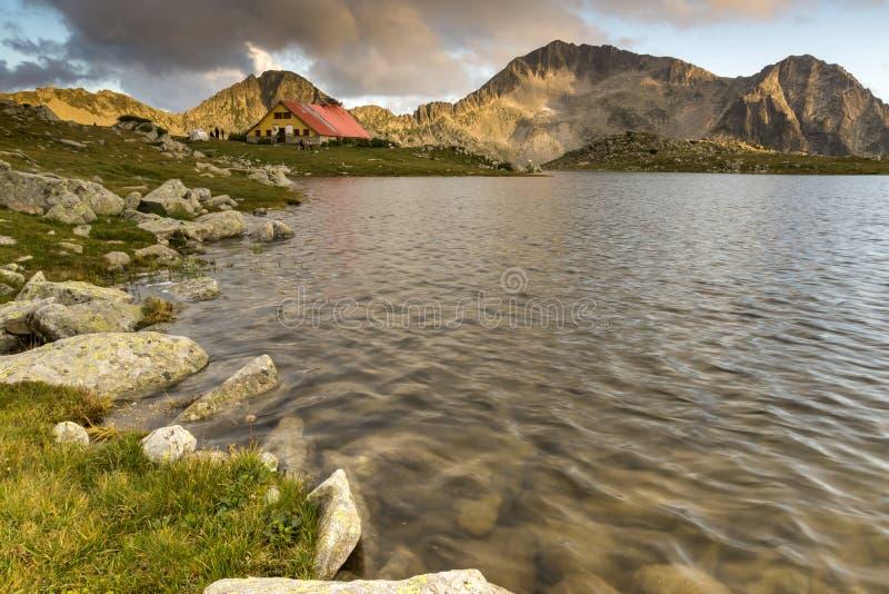 Οι τελευταίες ακτίνες του ήλιου πέρα από τη λίμνη και Kamenitsa Tevno οξύνουν, βουνό Pirin στοκ φωτογραφίες