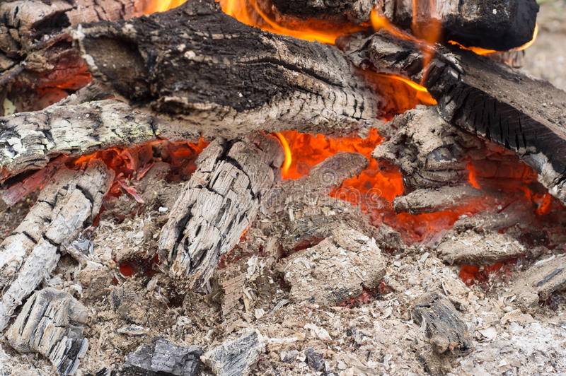 Οι τελευταίοι άνθρακες μιας καίω-κάτω πυρκαγιάς στοκ εικόνα