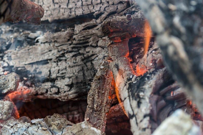 Οι τελευταίοι άνθρακες μιας καίω-κάτω πυρκαγιάς στοκ εικόνα με δικαίωμα ελεύθερης χρήσης