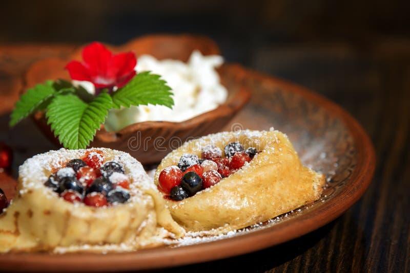 Οι τηγανίτες, crepe με τα φρούτα μούρων στοκ φωτογραφίες