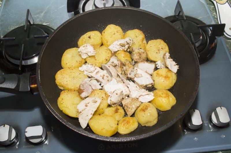 Οι τηγανισμένα πατάτες και το κοτόπουλο στοκ εικόνες