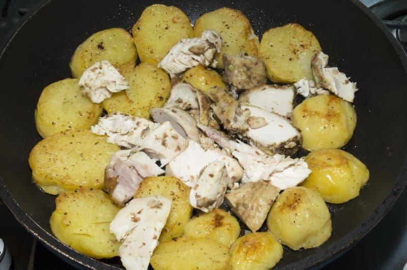 Οι τηγανισμένα πατάτες και το κοτόπουλο στοκ φωτογραφία