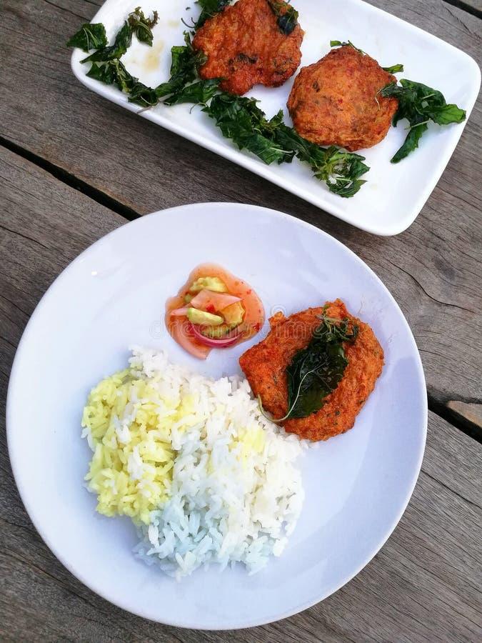 οι τηγανισμένες γαρίδες συσσωματώνουν τη σάλτσα πιάτο με τα κουτάλια και το ρύζι τρία χρώματα άσπρα, κίτρινος, πορφυρός στοκ εικόνες