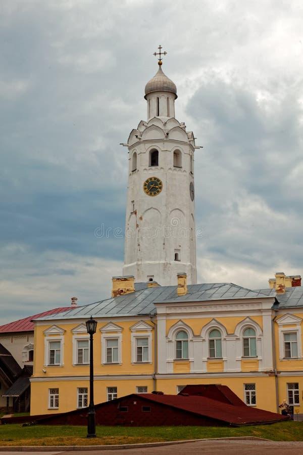 Οι τοίχοι της παλαιάς πόλης και οι πύργοι Veliky Novgorod, Ρωσία Πύργος ρολογιών σε Novgorod Detinets στοκ εικόνες
