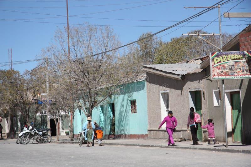Οι τοπικοί άνθρωποι περπατούν σε μια οδό Uyuni, Βολιβία στοκ φωτογραφίες