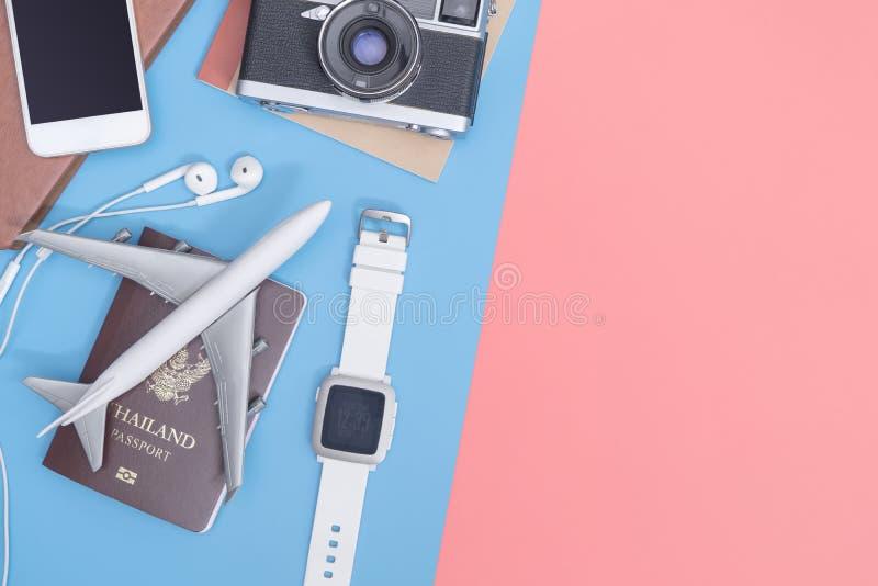 Οι τοπ συσκευές άποψης ταξιδιού αντιτίθενται για τον επιχειρησιακό ταξιδιώτη στο μπλε κίτρινο ρόδινο διάστημα αντιγράφων στοκ φωτογραφία με δικαίωμα ελεύθερης χρήσης