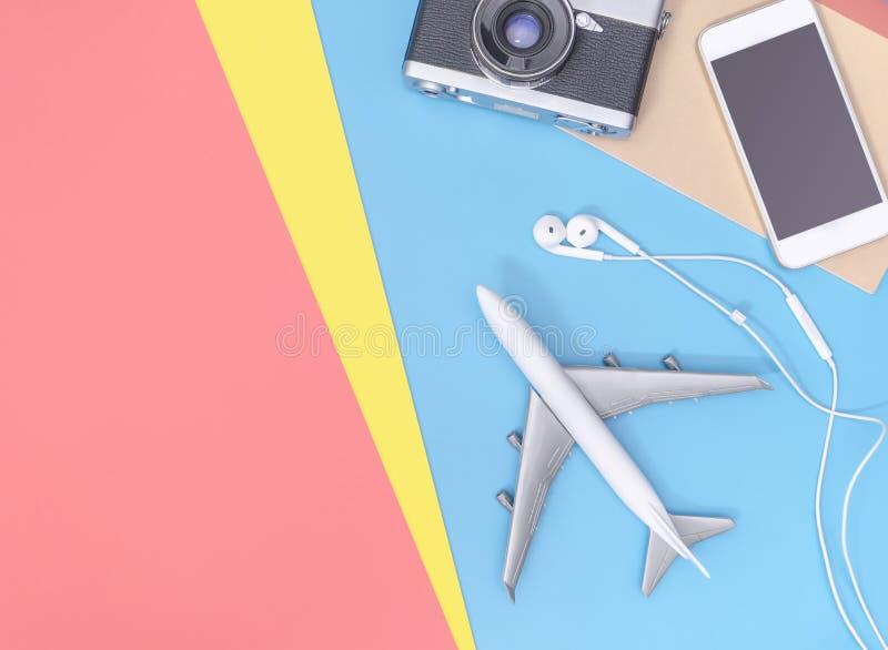Οι τοπ συσκευές άποψης ταξιδιού αντιτίθενται για τον επιχειρησιακό ταξιδιώτη στο μπλε κίτρινο διάστημα αντιγράφων στοκ φωτογραφίες με δικαίωμα ελεύθερης χρήσης