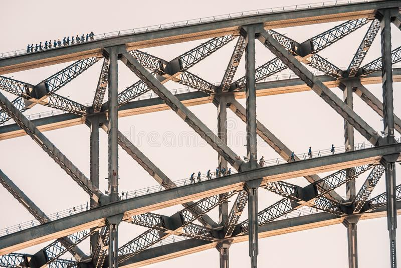 Οι τουρίστες αναρριχούνται σε δύο στρώματα της λιμενικής γέφυρας του Σίδνεϊ στοκ εικόνες