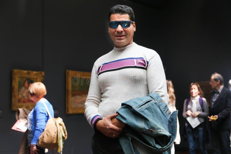 Οι τουρίστες απολαμβάνουν στο μουσείο του Λούβρου, Παρίσι στοκ φωτογραφίες