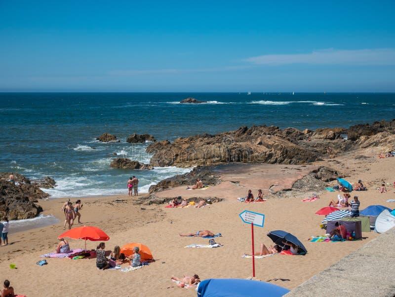Οι τουρίστες βρίσκονται στον ήλιο στην παραλία Foz κάνουν Douro, Πόρτο, Πορτογαλία στοκ φωτογραφίες