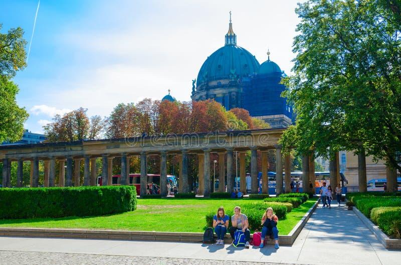 Οι τουρίστες είναι στο έδαφος του διάσημου νησιού μουσείων στο υπόβαθρο - καθεδρικός ναός του Βερολίνου, Βερολίνο, Γερμανία στοκ φωτογραφίες με δικαίωμα ελεύθερης χρήσης