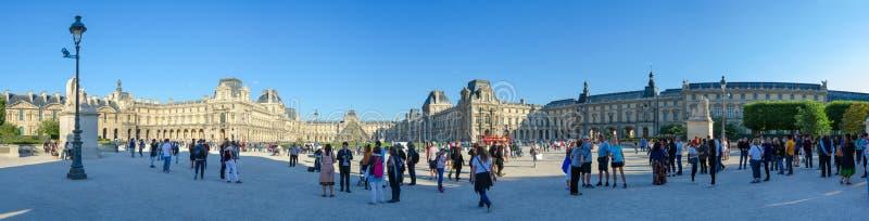 Οι τουρίστες είναι Place du Carrousel, Παρίσι, Γαλλία Πανοραμική άποψη του Λούβρου στοκ εικόνες