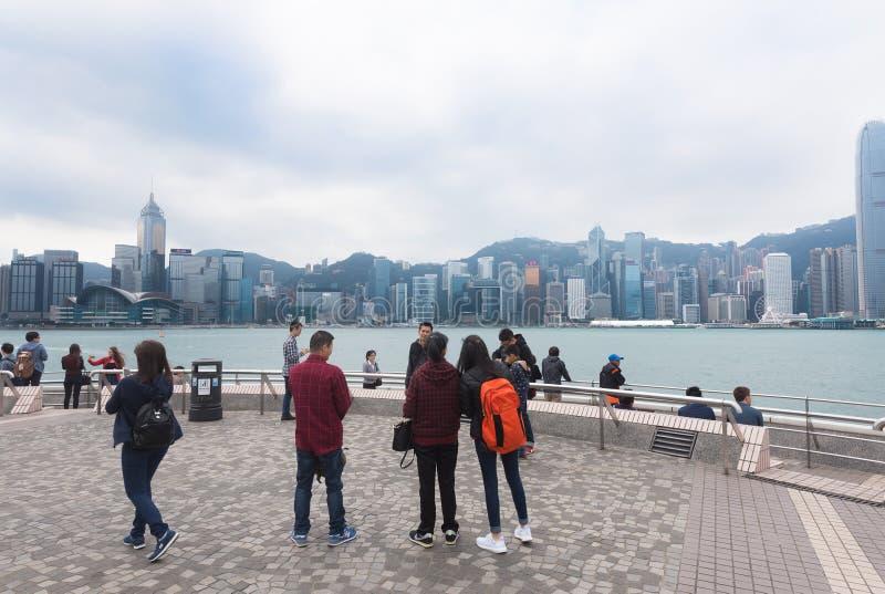 Οι τουρίστες εξετάζουν το λιμάνι Βικτώριας, Χονγκ Κονγκ στοκ εικόνα με δικαίωμα ελεύθερης χρήσης
