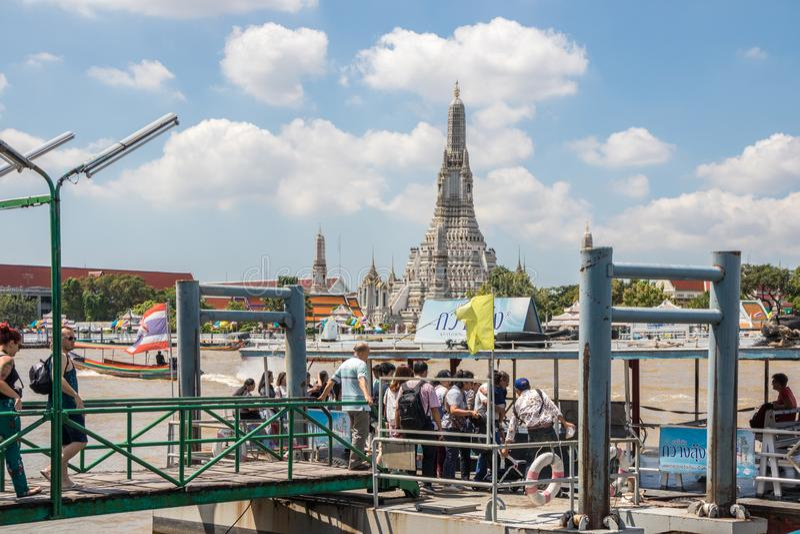 Οι τουρίστες επιβιβάζονται στο πορθμείο στοκ φωτογραφίες