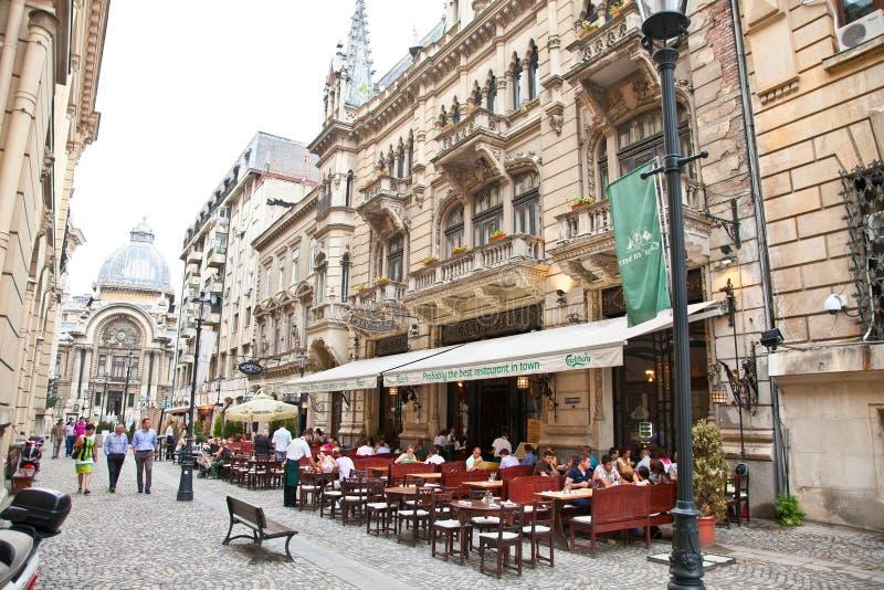 Οι τουρίστες επισκέπτονται την παλαιά πόλη στο Βουκουρέστι, Ρουμανία. στοκ εικόνες με δικαίωμα ελεύθερης χρήσης