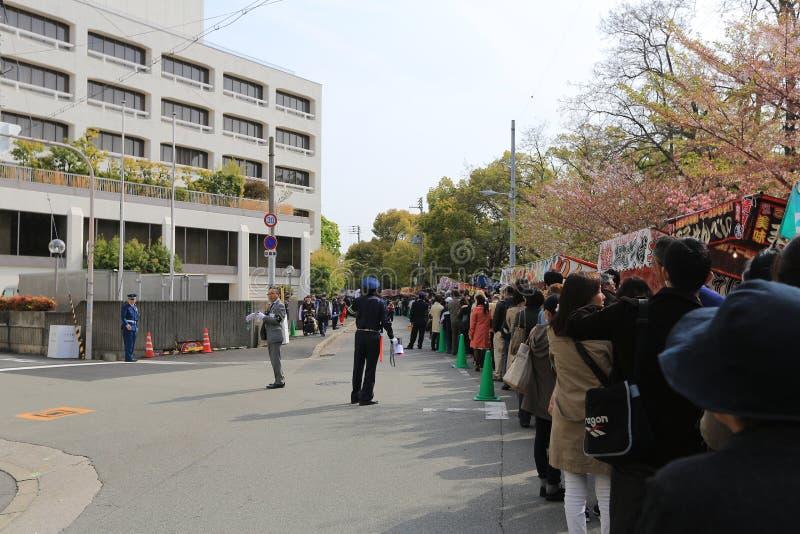 Οι τουρίστες επισκέπτονται τη μέντα της Οζάκα για το φεστιβάλ ανθών Sakura, Οζάκα στοκ φωτογραφίες