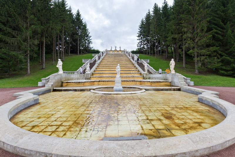 Οι τουρίστες επισκέπτονται το χρυσό βουνό ` πηγών ` καταρρακτών και ένα γλυπτό της χλωρίδας στοκ εικόνες με δικαίωμα ελεύθερης χρήσης
