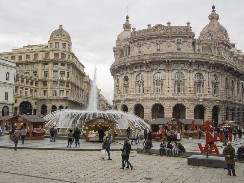 Οι τουρίστες επισκέπτονται Piazza de Ferrari, κύρια πλατεία της Γένοβας στοκ φωτογραφίες