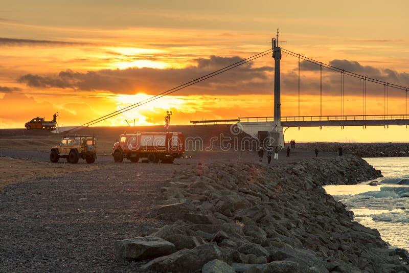 Οι τουρίστες θαυμάζουν τη γέφυρα πέρα από σε Jokulsarlon gl στοκ φωτογραφίες