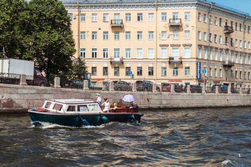 Οι τουρίστες και οι ταξιδιώτες κάνουν τον ποταμό στοκ εικόνες με δικαίωμα ελεύθερης χρήσης