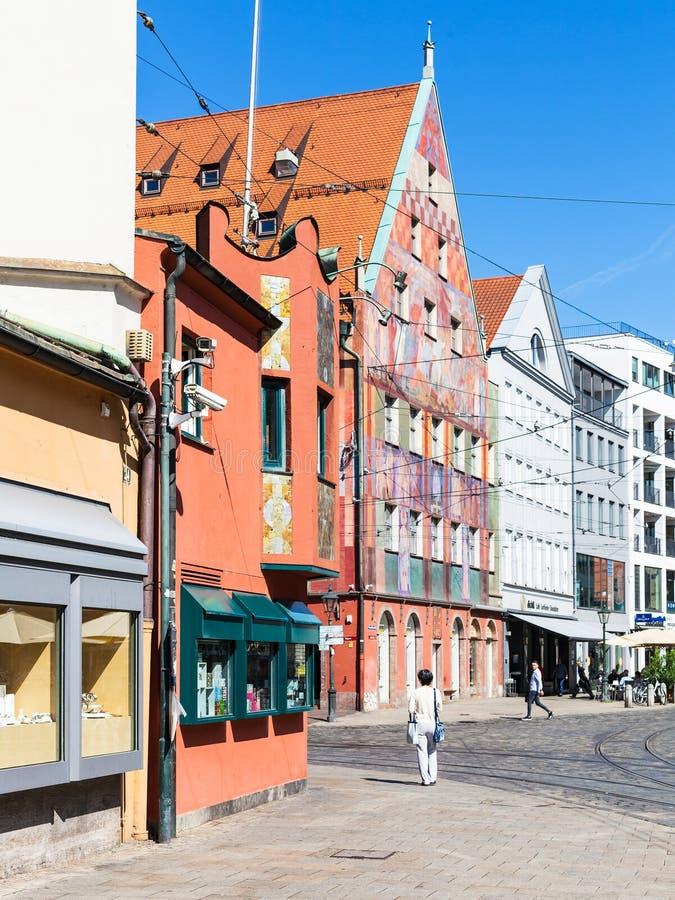 Οι τουρίστες κοντά στη συντεχνία υφαντών Weberhaus στεγάζουν στοκ εικόνες