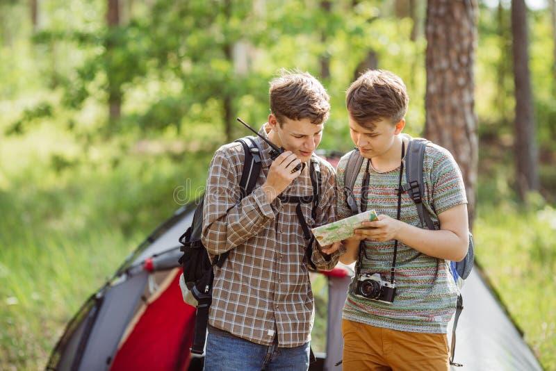 Οι τουρίστες μιλούν στο ραδιόφωνο, και διευκρινίζουν τη διαδρομή σας στοκ φωτογραφίες