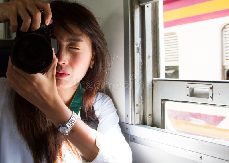 Οι τουρίστες παίρνουν τις φωτογραφίες διακινούμενοι με το τραίνο στοκ εικόνα με δικαίωμα ελεύθερης χρήσης