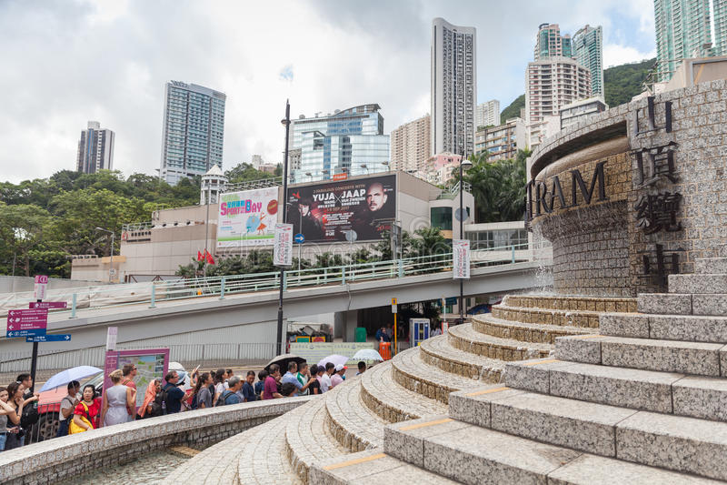 Οι τουρίστες περιμένουν στη σειρά αναμονής το μέγιστο τραμ στοκ φωτογραφία