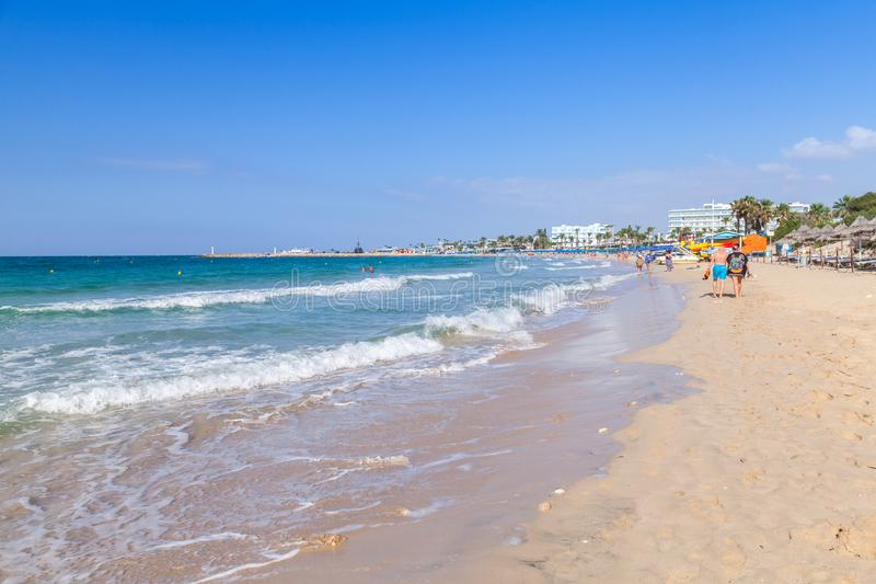 Οι τουρίστες περπατούν στη δημόσια παραλία Ayia Napa στοκ εικόνες