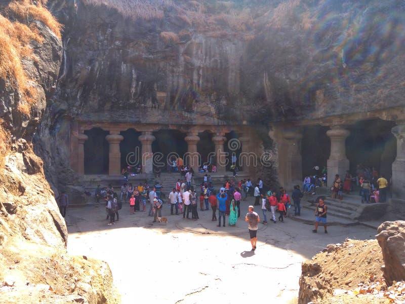 Οι τουρίστες προήλθαν από τη μεγάλη τηλεφωνική απόσταση να επισκεφτούν τη σπηλιά Elephanta, που τοποθετήθηκε στο νησί κοντά σε Mu στοκ φωτογραφία