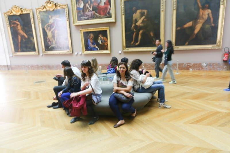 Οι τουρίστες προσέχουν τη διάσημη ζωγραφική στο Λούβρο Παρίσι στοκ φωτογραφίες με δικαίωμα ελεύθερης χρήσης