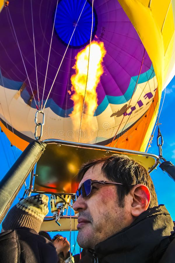 Οι τουρίστες σε ένα μπαλόνι ζεστού αέρα οδηγούν στοκ φωτογραφίες με δικαίωμα ελεύθερης χρήσης