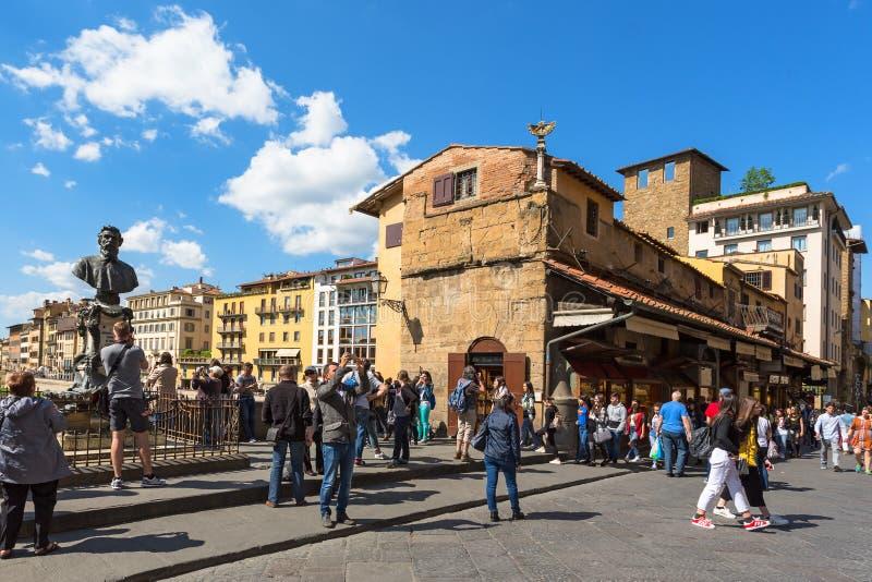 Οι τουρίστες σε Ponte Vecchio γεφυρώνουν στοκ φωτογραφίες με δικαίωμα ελεύθερης χρήσης