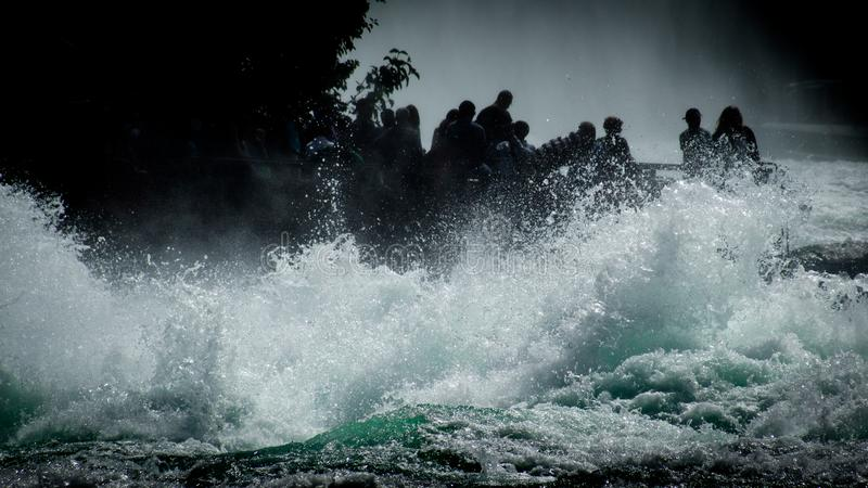 Οι τουρίστες στα νερά βρυχηθμού του Ρήνου πέφτουν κοντά σε Schaffhausen στοκ φωτογραφίες με δικαίωμα ελεύθερης χρήσης