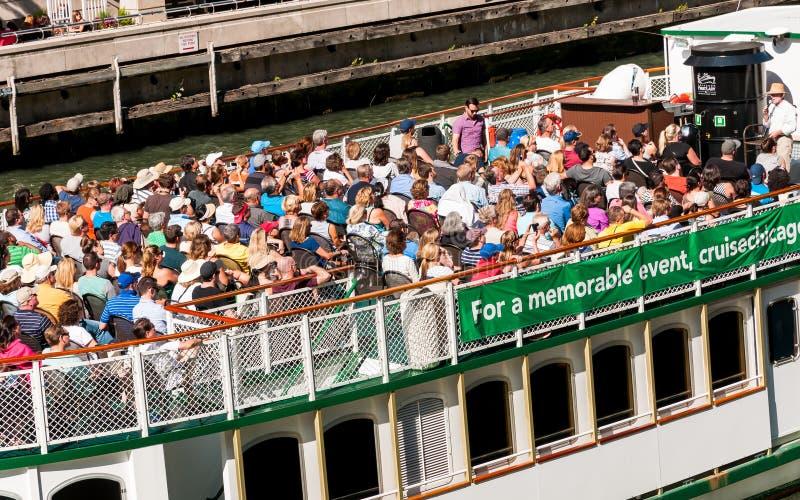 Οι τουρίστες στον ποταμό του Σικάγου ταξιδεύουν το γύρο βαρκών που ταξιδεύει προς τη λίμνη Μίτσιγκαν στοκ φωτογραφίες με δικαίωμα ελεύθερης χρήσης