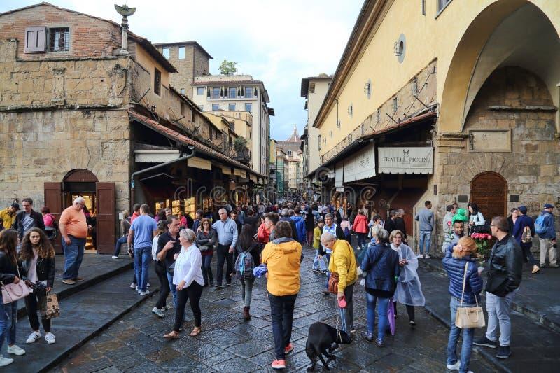 Οι τουρίστες στο Ponte Vecchio γεφυρώνουν στη Φλωρεντία, Ιταλία στοκ εικόνα με δικαίωμα ελεύθερης χρήσης