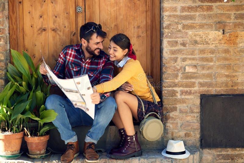Οι τουρίστες συνδέουν στις διακοπές ταξιδιών στην Ευρώπη στοκ φωτογραφία