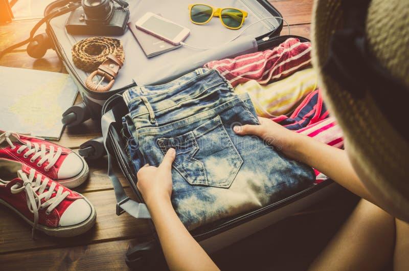 Οι τουρίστες συσκευάζουν τις αποσκευές για το ταξίδι στοκ φωτογραφίες