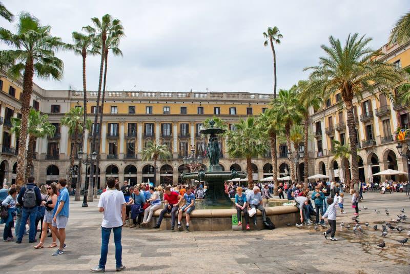 Οι τουρίστες σύλλεξαν γύρω από την πηγή σε Placa Reial στοκ φωτογραφία