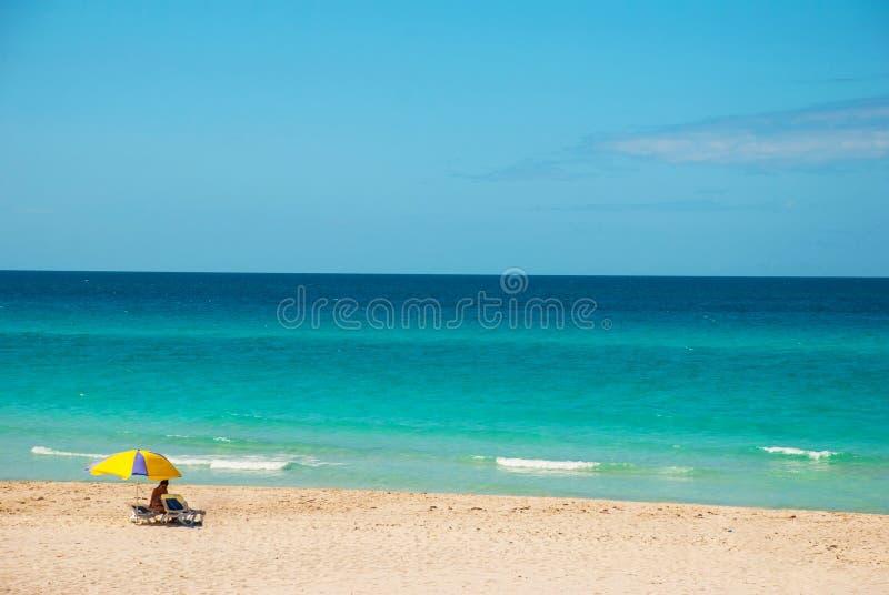 Οι τουρίστες χαλαρώνουν στην αμμώδη παραλία Varadero Τοπίο παραδείσου με την τυρκουάζ θάλασσα και την άσπρη άμμο Κούβα στοκ εικόνες