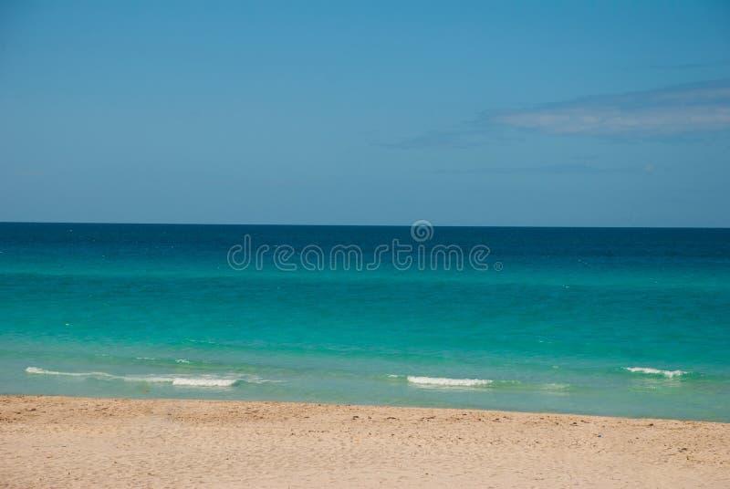 Οι τουρίστες χαλαρώνουν στην αμμώδη παραλία Varadero Τοπίο παραδείσου με την τυρκουάζ θάλασσα και την άσπρη άμμο Κούβα στοκ εικόνες με δικαίωμα ελεύθερης χρήσης