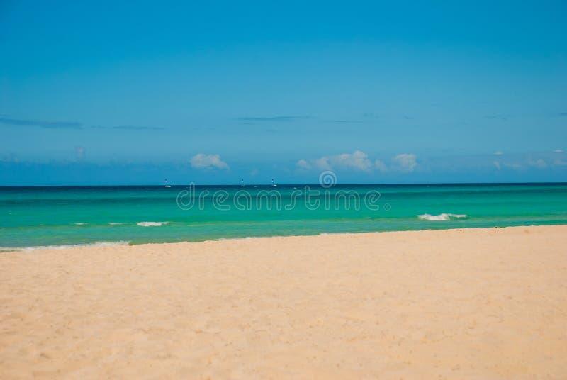 Οι τουρίστες χαλαρώνουν στην αμμώδη παραλία Varadero Τοπίο παραδείσου με την τυρκουάζ θάλασσα και την άσπρη άμμο Κούβα στοκ φωτογραφία με δικαίωμα ελεύθερης χρήσης